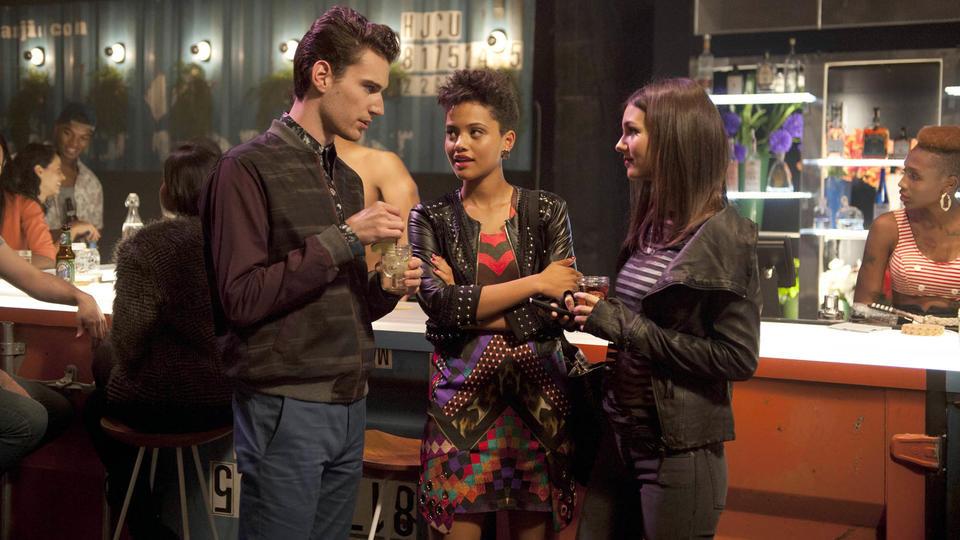Connor (John Garet Stoker) Sophia (Kiersey Clemons) Lindy (Victo