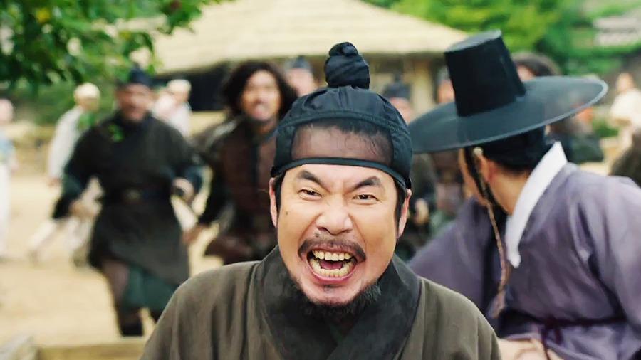 Egy tipikus jelenet: Kim Min nyomozó hűséges asszisztensével menekül
