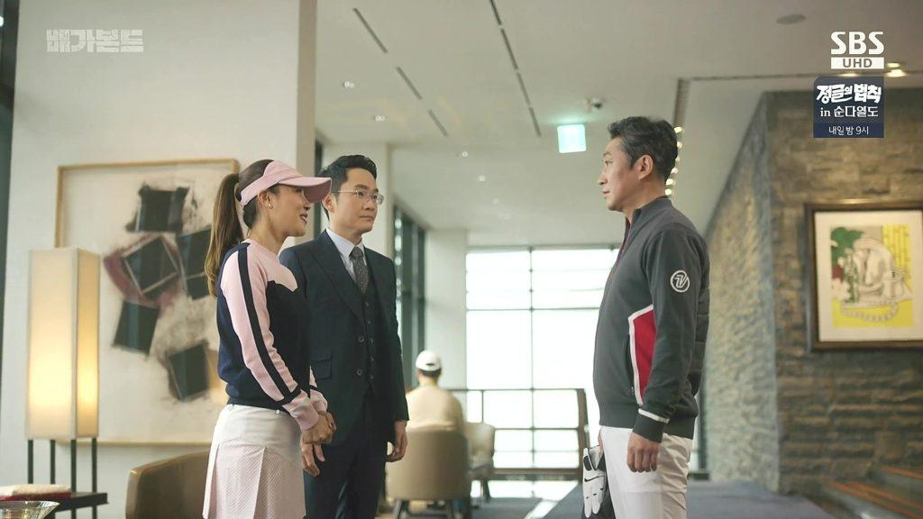 Jessica Lee és asszisztense a koreai elnökkel egy golfklubban